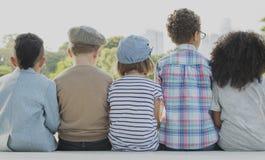 Concept d'unité de bonheur espiègle d'enfants d'amusement d'enfants rétro Image libre de droits