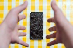 Concept dalende smartphone met het gebroken scherm Hoogste mening over gele bureauachtergrond Gebarsten, verbrijzeld lcd touch sc royalty-vrije stock foto's