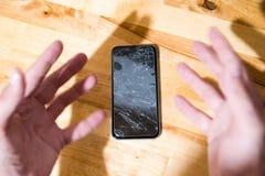 Concept dalende smartphone met het gebroken scherm Hoogste mening over houten bureauachtergrond Gebarsten, verbrijzeld lcd touch  royalty-vrije stock foto