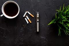 Concept - dangers du tabagisme et de la vue supérieure de cigarette électronique photo stock