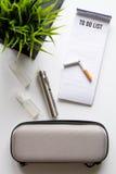 Concept - dangers du tabagisme et de la vue supérieure de cigarette électronique photos libres de droits