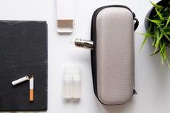 Concept - dangers du tabagisme et de la vue supérieure de cigarette électronique photos stock