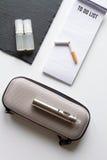 Concept - dangers du tabagisme et de la vue supérieure de cigarette électronique photographie stock