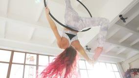 Concept dans en acrobatiek Jonge vrouw in de luchthoepel op een witte achtergrond stock videobeelden
