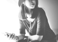 Concept de écoute de relaxation de divertissement de media de musique de femme image stock