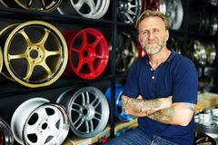 Concept de accord des véhicules à moteur de pneu d'ajustement de garage photo stock