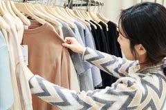 concept de achat - choix des vêtements au magasin d'habillement image stock