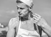 Concept de Baker Faites cuire ou chef avec les épaules musculaires et coffre couvert de la farine L'homme sur le visage occupé po images stock