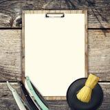 Concept de Barber Shop Ensemble d'outils de coiffure et de feuille blanche vide pour le texte sur un fond en bois Copiez l'espace Photo stock
