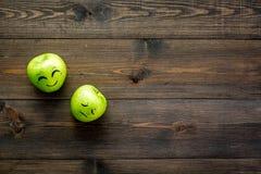 Concept de base d'émotions Visages dessinés sur des pommes Heureux, sourire, triste, fâché, dans l'amour L'espace en bois de copi Photo libre de droits
