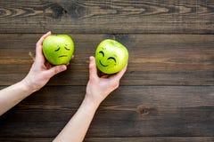 Concept de base d'émotions Visages dessinés sur des pommes Heureux, sourire, triste, fâché, dans l'amour L'espace en bois de copi Photo stock