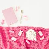 Concept de beauté de guimauve avec la tasse, le tissu, le stylo et le carnet de cappuccino sur le fond blanc Configuration plate, Photo stock