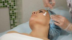 Concept de beauté La procédure mesotherapy dans le processus l'esthéticien juge la seringue pour l'injection fonctionnant avec le clips vidéos