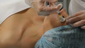 Concept de beauté La procédure mesotherapy dans le processus l'esthéticien tient la seringue pour l'injection fonctionnant avec l clips vidéos