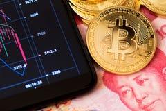 Concept de Bitcoin Blockchain banque en ligne et fin de commerce vers le haut de porcelaine de bitcoin de yuans de renminbi photographie stock libre de droits