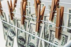 Concept de blanchiment d'argent Américain cent billets d'un dollar accrochant pour être argent liquide sec et propre image stock