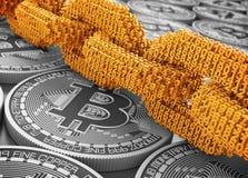 Concept de Blockchain La chaîne de Digital d'or de 3D relié ensemble numérote sur Bitcoins argenté illustration stock