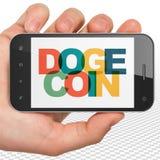 Concept de Blockchain : Main tenant Smartphone avec Dogecoin sur l'affichage Image stock