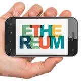 Concept de Blockchain : Main tenant Smartphone avec Ethereum sur l'affichage Photos libres de droits