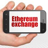 Concept de Blockchain : Main tenant Smartphone avec l'échange d'Ethereum sur l'affichage Image stock
