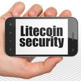 Concept de Blockchain : Remettez tenir Smartphone avec la sécurité de Litecoin sur l'affichage Photo stock