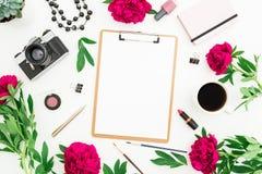 Concept de blog de beauté Espace de travail de Blogger ou d'indépendant avec le presse-papiers, le carnet, le rétro appareil-phot Photographie stock libre de droits