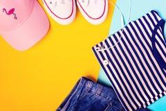 Concept de blogger de mode Sport d'été, récréation et équipement de voyage : le T-shirt rayé, denim court-circuite, chapeau rose, Photographie stock