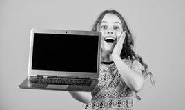 Concept de Blogging Petite fille d'enfant avec l'ordinateur portable Peu enfant utilisant le PC Technologie num?rique ?tude d'enf photos libres de droits