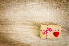 Concept de boîte-cadeau de Valentine avec le coeur rouge sur le fond en bois Photo libre de droits