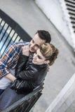 Concept de bonheur : bel étreindre de couples, se tenant sur la terrasse Photo libre de droits
