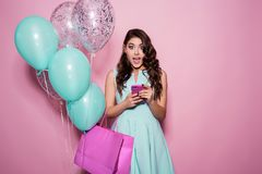 Concept de bonheur, de consommationisme, de vente et de personnes - jeune femme de sourire avec le panier et les ballons au-dessu Image stock