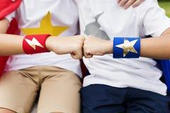 Concept de bonheur de bosse de poing d'amis de super héros Photos libres de droits
