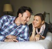 Concept de bonheur de couples d'amour de technologie Photos libres de droits