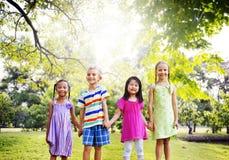 Concept de bonheur de parc d'enfants d'amis de diversité Photo stock