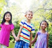 Concept de bonheur de parc d'enfants d'amis de diversité Photos stock