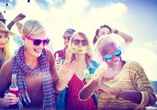 Concept de bonheur de partie de plage d'amis d'adolescents Photos stock