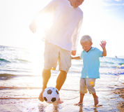 Concept de bonheur du football de Son Playing Beach de père Photographie stock