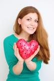 Concept de bonheur et d'amour Femme rouge heureuse de cheveux tenant le coeur de valentine Photos libres de droits