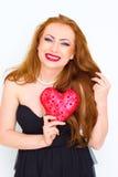 Concept de bonheur et d'amour Femme rouge heureuse de cheveux tenant le coeur de valentine Photos stock
