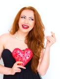 Concept de bonheur et d'amour Femme rouge heureuse de cheveux tenant le coeur de valentine Rose rouge Photo libre de droits