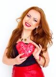 Concept de bonheur et d'amour La femme du rouge heureux tenant le coeur de valentine Rose rouge Photographie stock