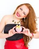 Concept de bonheur et d'amour La femme du rouge heureux tenant le coeur de valentine Rose rouge Image stock
