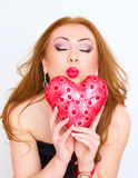 Concept de bonheur et d'amour La femme du rouge heureux tenant le coeur de valentine Rose rouge Images libres de droits