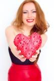 Concept de bonheur et d'amour La femme du rouge heureux tenant le coeur de valentine Rose rouge Photographie stock libre de droits