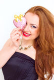 Concept de bonheur et d'amour La femme du rouge heureux tenant le coeur de valentine Rose rouge Images stock