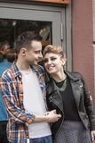 Concept de bonheur : jeunes couples heureux dans l'amour Photos stock