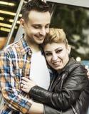 Concept de bonheur : jeunes couples heureux dans l'amour Images stock