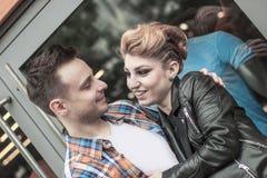 Concept de bonheur : jeunes couples heureux dans l'amour Photographie stock