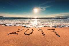 Concept 2017 de bonne année sur la plage de mer ; tir de sunrsie Image stock