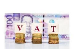 Concept de bons et de services impôts de GST ou avec la pile de pièce de monnaie et de devise Photographie stock